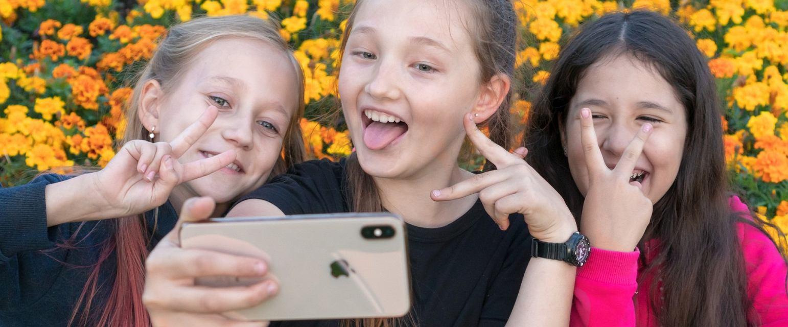 W przypadku nastolatków programy i aplikacje blokujące szkodliwe treści  w Internecie na nic się nie zdadzą (Shutterstock.com)