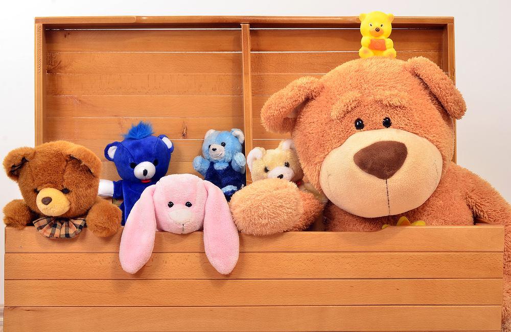 Skrzynia na zabawki, kosze i wszelkie pojemniki na dziecięce akcesoria pomagają utrzymać porządek, dzięki nim jest możliwe skuteczne segregowanie rzeczy.