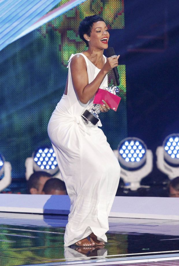 """Rihanna accepts the award for video of the year for """"We Found Love"""" during the 2012 MTV Video Music Awards in Los Angeles, September 6, 2012.   REUTERS/Mario Anzuoni (UNITED STATES  - Tags: ENTERTAINMENT)  (MTV-SHOW)"""