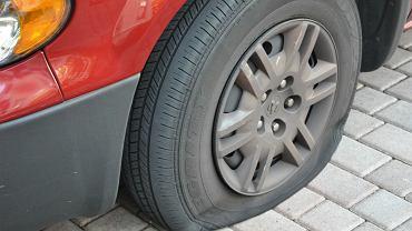 Przedziurawiona opona w samochodzie