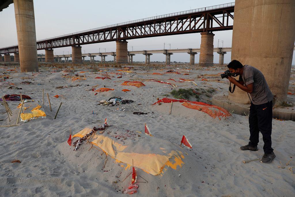 Indie. Ciała zmarłych na brzegu Gangesu