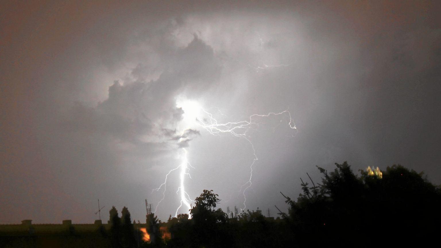 Pogoda. Upał i gwałtowne burze z gradobiciem. Wydano ostrzeżenia dla ośmiu województw