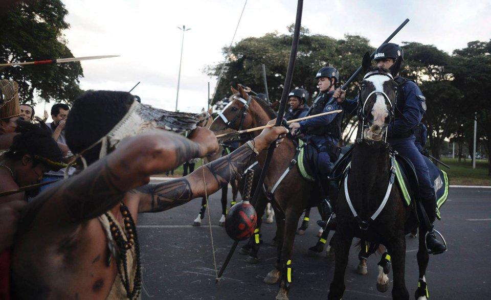 Konfrontacja policji z rdzennymi mieszkańcami Brazylii. Podczas starć funkcjonariusze użyli gazu łzawiącego, by rozpędzić demonstrantów, maszerujących w kierunku Stadionu Narodowego - Mane Garrincha w Brasilii. Indianie sprzeciwiają się kosztom związanym z organizacją Mistrzostw Świata oraz dotyczącej ich polityce rządu