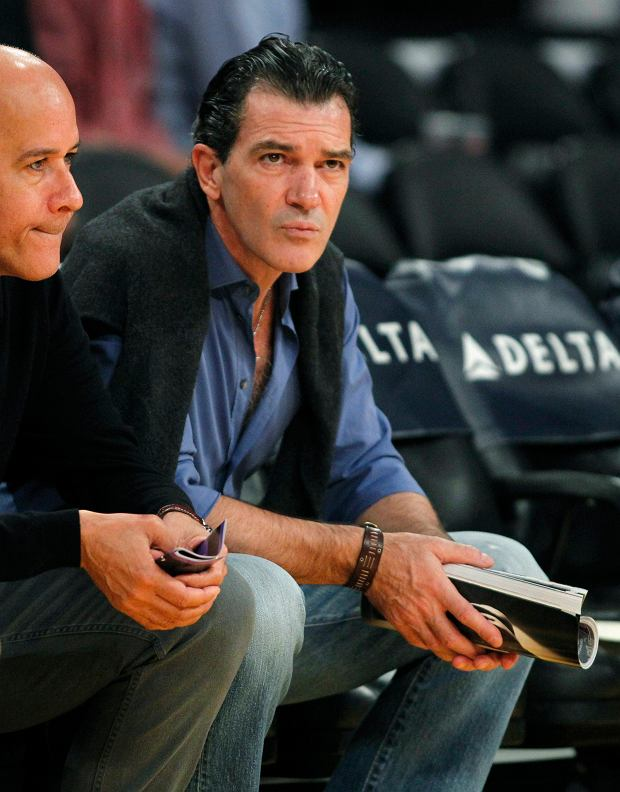 Spanish actor Antonio Banderas sits courtside as he attends the NBA basketball game between the Los Angeles Lakers and the Houston Rockets in Los Angeles, California, November 18, 2012. REUTERS/Alex Gallardo (UNITED STATES - Tags: SPORT BASKETBALL ENTERTAINMENT)
