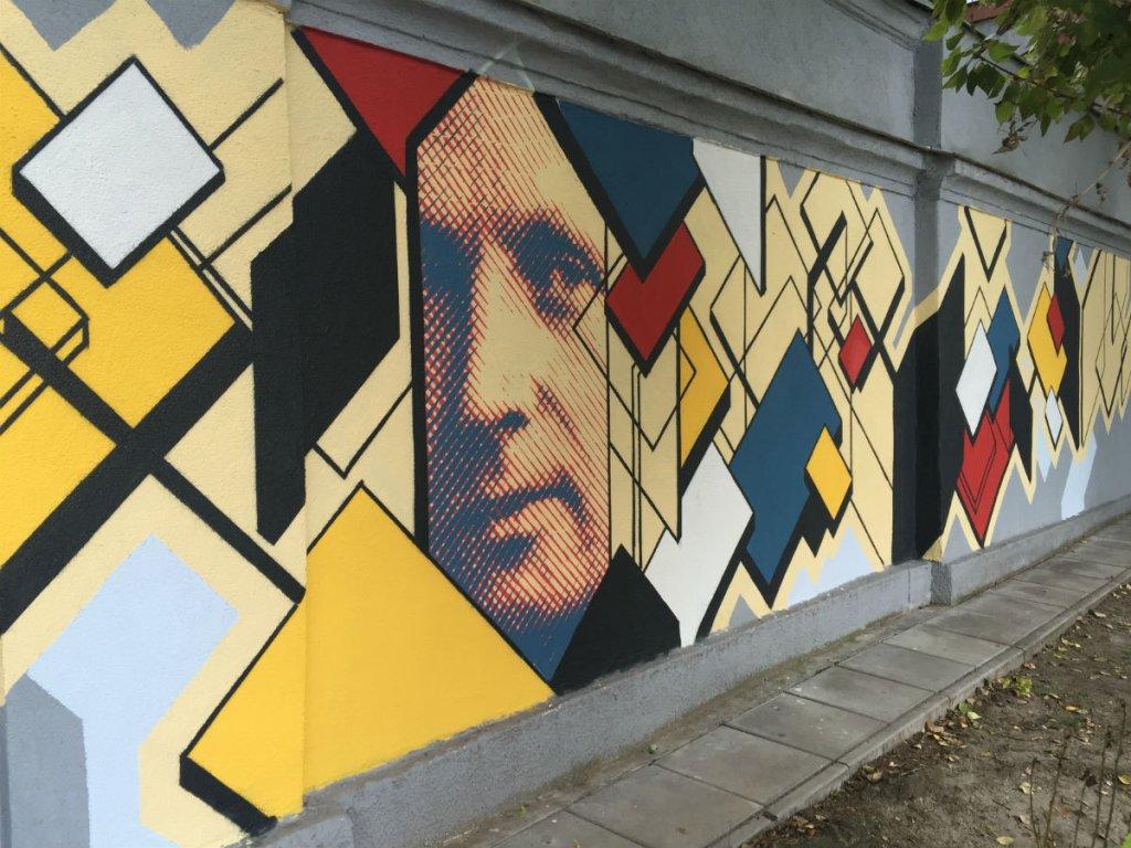Mural z podobizną Bohdana Lacherta powstaje na ścianie między budynkami przy ul. Nowolipki 15 i 17