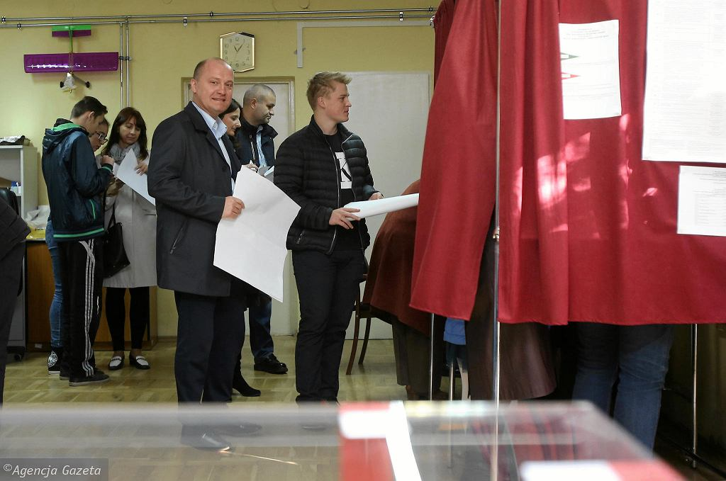 Piotr Krzystek w kolejce do głosowania