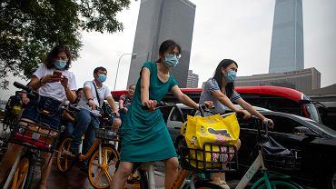 31.07.2020, Pekin, ludzie w maseczkach z powodu zagrożenia koronawirusem.