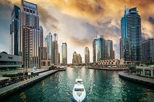 emigranci umawiający się z Dubaju