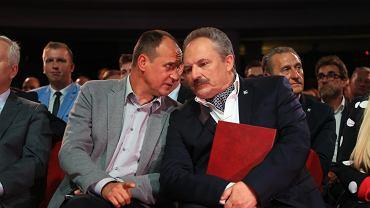 Były rokendrolowiec Paweł Kukiz, oraz kandydat na prezydenta stolicy Marek Jakubiak (przedsiębiorca i sponsor ugrupowania ) podczas konwencji wyborczej partii Kukiz 15. Warszawa, 23 września 2018