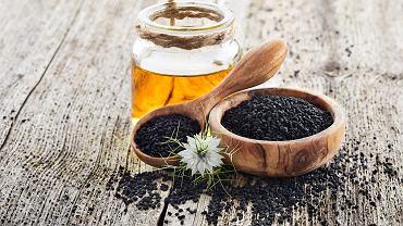 Olej z czarnuszki można z powodzeniem stosować do pielęgnacji włosów. Zdjęcie ilustracyjne