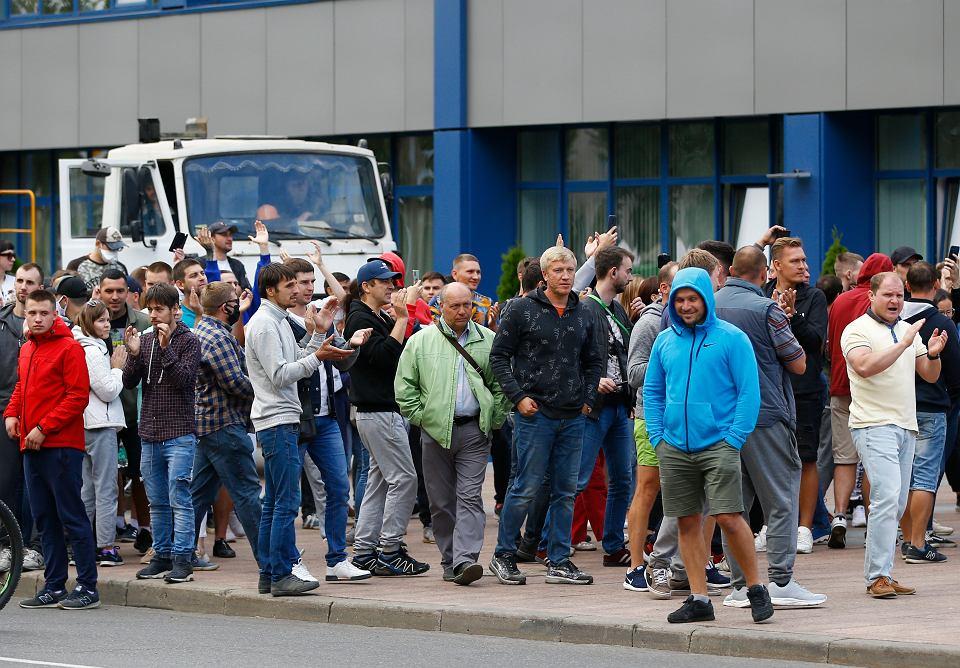 Demonstracja przed zakładami BelAZ-u w Żodinie, 50 km na wschód od Mińska