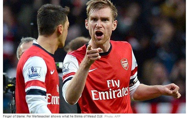 Transfer Pera Mertesackera (z prawej) do Arsenalu przeprowadziła agencja World in Motion