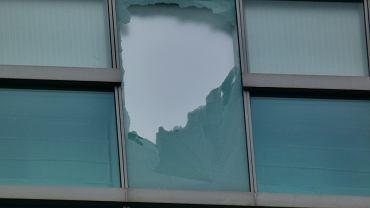 Z 20. piętra hotelu Intercontinental w Warszawie odpadł fragment szklanego panelu elewacyjnego