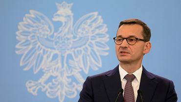 Premier rządu PiS Mateusz Morawiecki podczas konferencji prasowej. Warszawa, KPRM, 16 października 2018