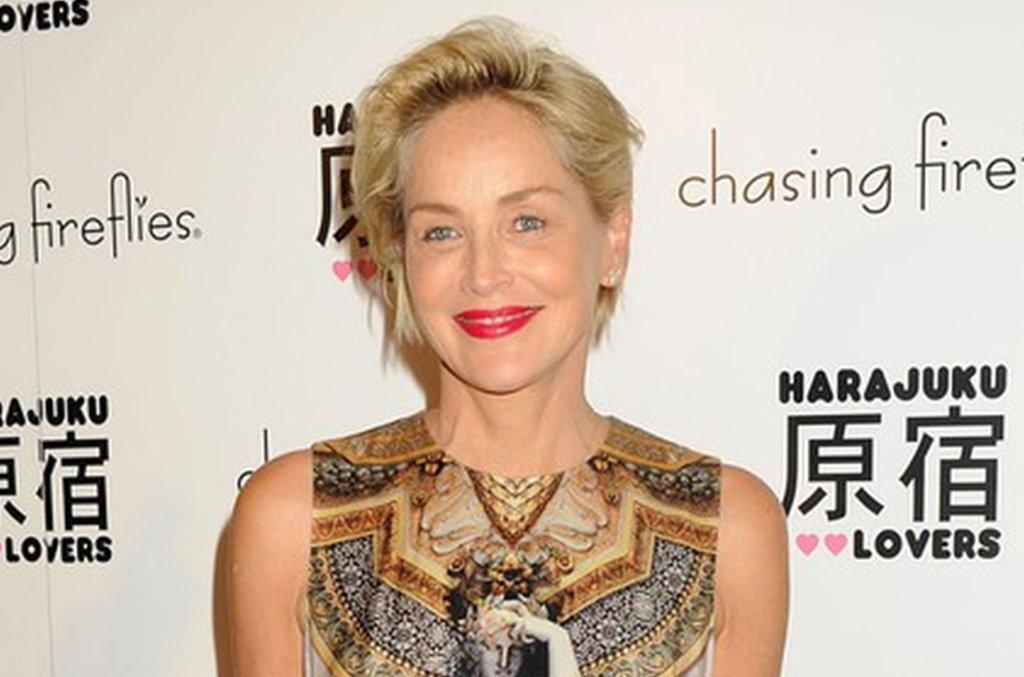 Botoks to moda, której uleganie stanowi przekleństwo wielu gwiazd, nie potrafiących zachować stosownego umiaru. Sharon Stone, przy swoich 57 latach, wygląda młodzieńczo, a jej twarz nie zdradza przesady w stosowaniu zabiegów