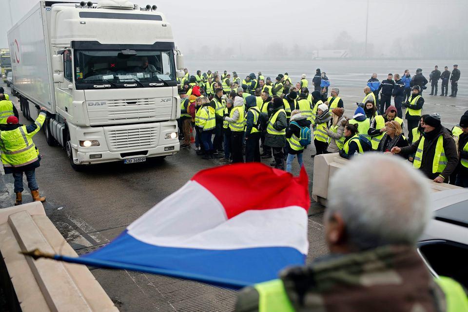Protest 'żółtych kamizelek' na autostradzie w okolicach Lyonu.