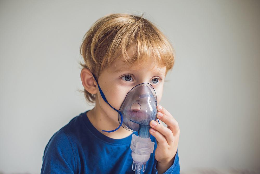 Obturacyjne zapalenie oskrzeli - w walce z chorobą mogą pomóc inhalacje, z ich pomocą można podawać zarówno antybiotyki, środki rozkurczające, odczulające i przeciwzapalne oraz leki ułatwiające odkrztuszanie wydzieliny z oskrzeli