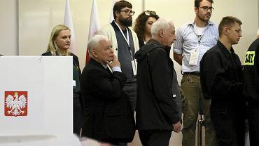 Prezes PiS Jarosław Kaczyński w kolejce do głosowania.