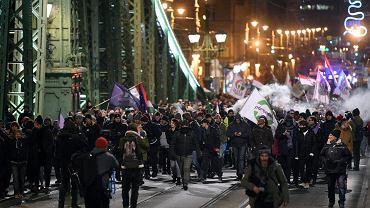 Protest Węgrów w Budapeszcie przeciwko liberalizacji kodeksu pracy, który zakłada zwiększenie nadliczbowych godzin w ciągu roku do 400, 14 grudnia 2018.