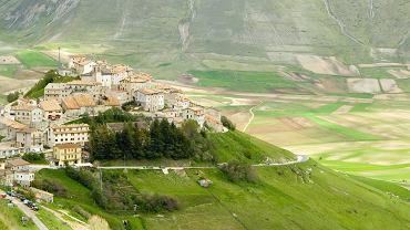 Castelluccio, Włochy. Mieścina w Apeninach we włoskiej Umbrii. Głównie ze względu na swoje malownicze położenie w dolinie między górami jest wprost magicznym miejscem. Niedaleko Castelluccio znajduje się Nursja, równie urokliwa mieścina słynąca ze znakomitych lokalnych produktów: serów, wędlin i czarnych trufli.