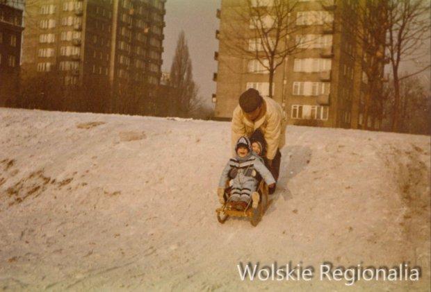 Górka przy ul. Leszno. Dziś w tym miejscu znajduje się budynek Leszno 34/36. W tle wysokościowce przy ul. Młynarskiej (ok. 1985 r).