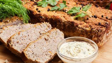Pasztet domowy pieczony to gwarancja najlepszych składników i najlepszego smaku. To ty wybierasz mięso, które znajdzie się w wypieku, kontrolujesz ilość tłuszczu i soli, pomijasz wzmacniacze smaku, a dodajesz ulubione przyprawy.
