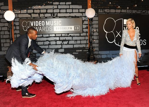 Rita Ora gets assistance with her dress as she arrives at the MTV Video Music Awards on Sunday, Aug. 25, 2013, at the Barclays Center in the Brooklyn borough of New York. (Photo by Evan Agostini/Invision/AP)
