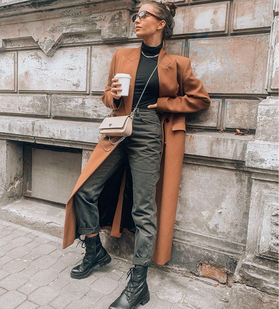 Julia Wieniawa w camelowym płaszczu i stylowych botkach
