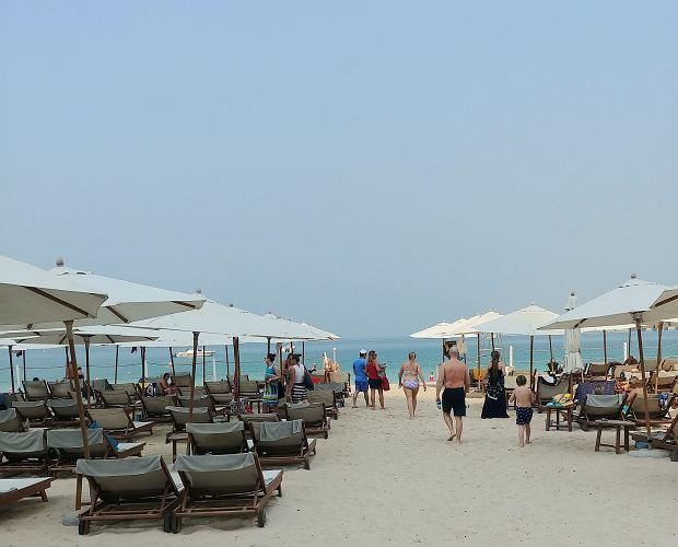 W lecie jest podobno tak gorąco, że nie da się chodzić po plaży w ciągu dnia bez klapek na stopach.