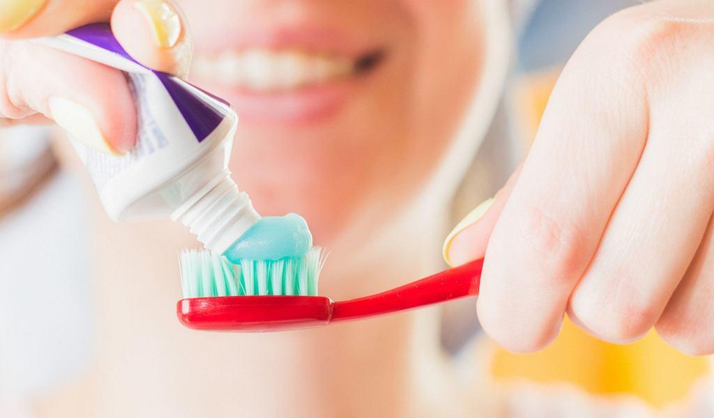 Fluor znajduje się w wodzie pitnej, rybach, herbacie, paście do zębów i w produktach stosowanych w profilaktyce próchnicy (dodawany w postaci fluorku), serach i produktach zbożowych