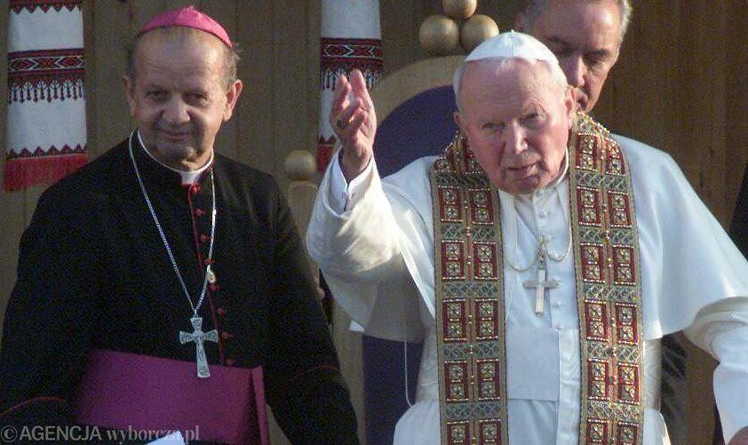 Jan Paweł II i kardynał Stanisław Dziwisz podczas pielgrzymki na Ukrainę