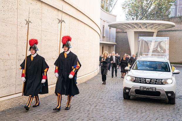 Papieska Dacia Duster, papamobile