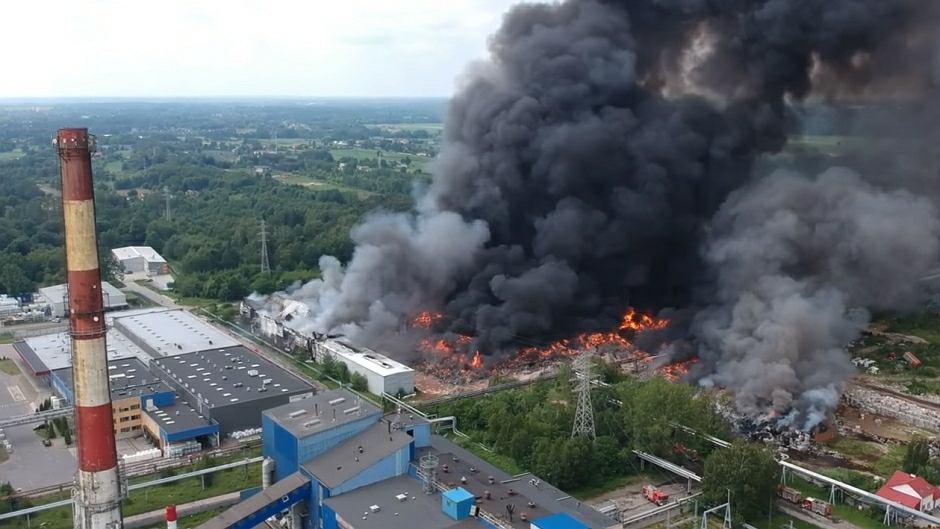 Pożar składowiska odpadów w Zgierzu - kadr z nagrania z drona