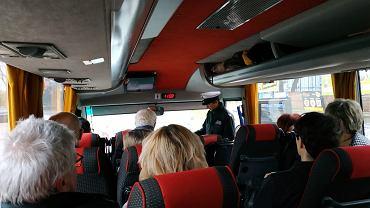 Kontrola autokaru, którym uczestnicy z Lublina jechali na Marsz Tysiąca Tóg (Twitter/@OloCzarny)
