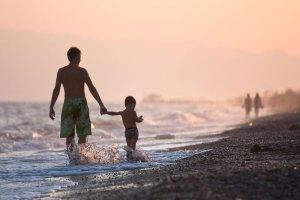 Wakacyjne kierunki idealne dla rodzin z dziećmi. Dokąd jechać na rodzinny urlop latem 2015?