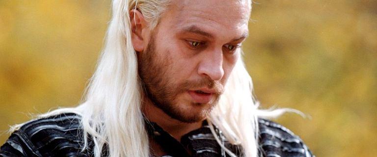 """Żebrowski bez koszulki ze starym plakatem """"Wiedźmina"""". Fani: Geralt jest tylko jeden"""