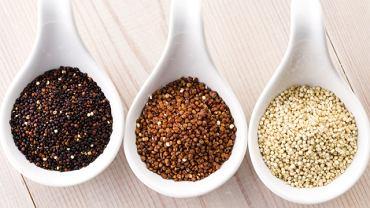 Biała quinoa jest delikatniejsza, zarówno w smaku, jak i konsystencji, od ziaren czerwonych i czarnych.