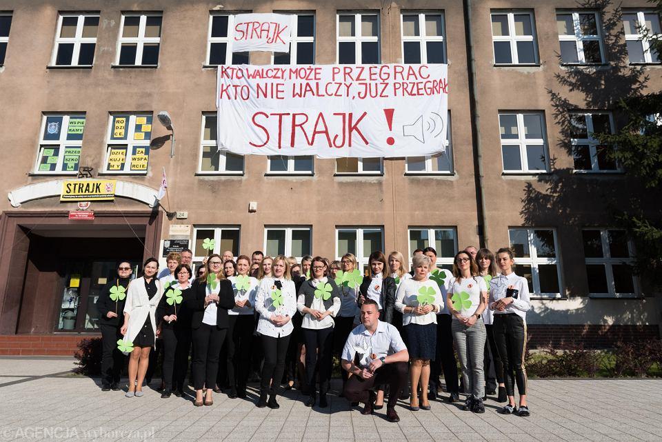 Strajk nauczycieli w Szkole Podstawowej Nr 20 przy ul. Kamieńskiego we Wwocławiu. W poniedziałek uczniowie pisali egzamin ósmoklasisty