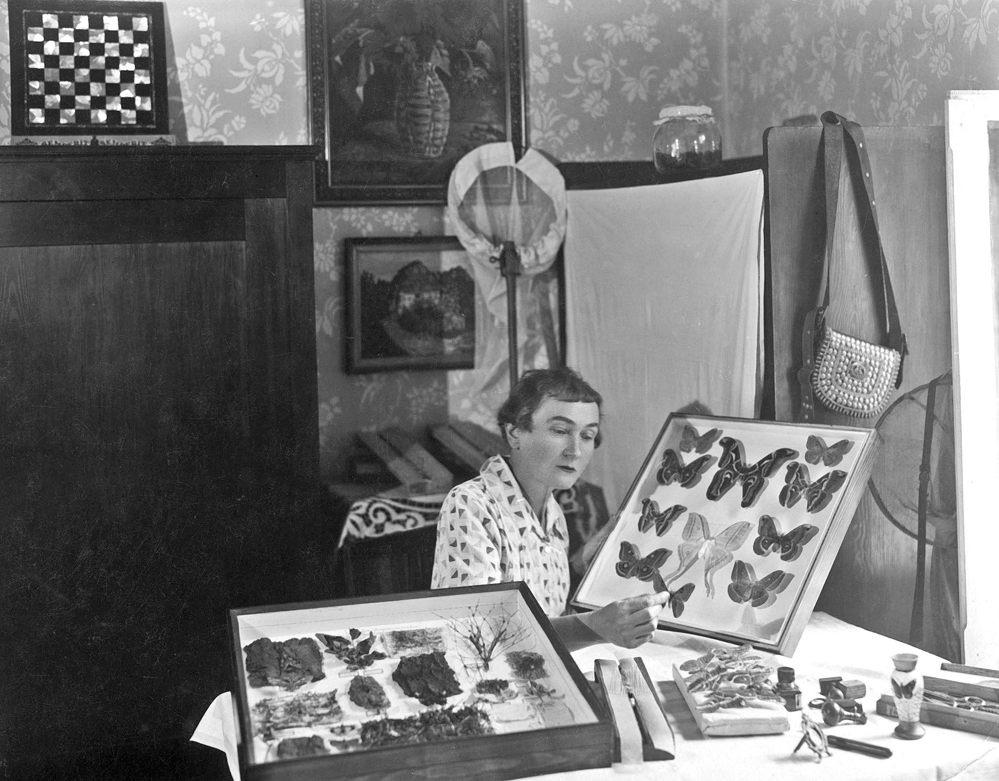 Michalina Isaakowa ze swoimi zbiorami (fot. Narodowe Archiwum Cyfrowe)