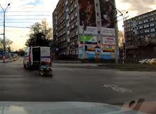 Wrocław. Z jadącej przez ruchliwe skrzyżowanie karetki wypadły nosze