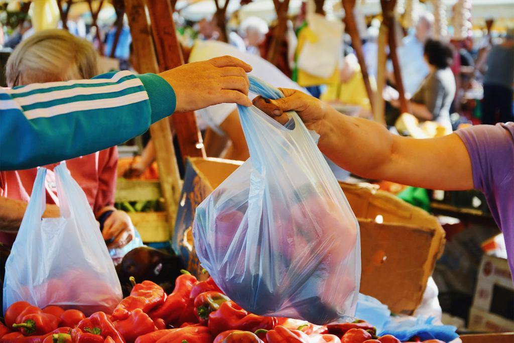 Zakupy na targu. Warzywa w plastikowej torbie