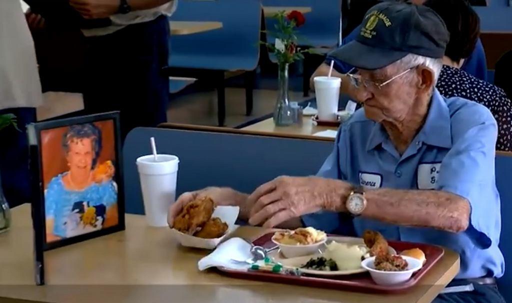 93-letni Clarence każdego dnia je wspólny posiłek ze swoją zmarłą żoną.
