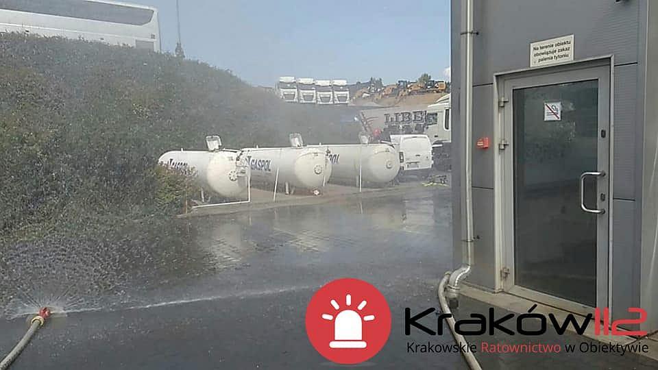 Wypadek w Mogilanach. Ciężarówka wjechała w zbiorniki z gazem