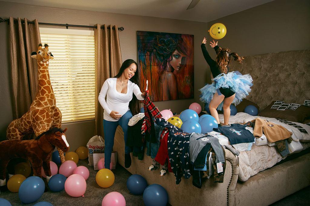 Emily Mena jest mamą 4-letniej córki. Na zdjęciu widać, że jest w kolejnej ciąży