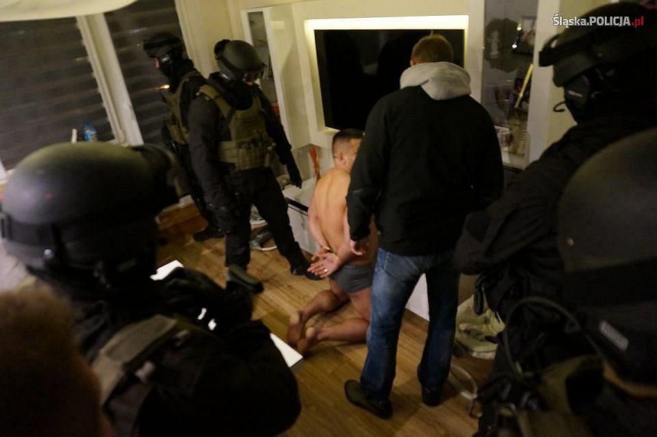 Śląska policja na dwa tygodnie wstrzymuje planowane akcje przeciwko bandytom. Na zdjęciu zatrzymanie pseudokibica GieKSy działającego w zorganizowanej grupie przestępczej założonej przez kiboli z Katowic.