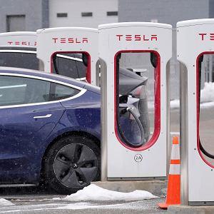 Chińska armia zakazała wjazdu do swoich baz samochodami Tesli, ze względu na obawy o możliwość wykorzystania do szpiegowania kamer w tych autach. Elon Musk zaprzeczył takim podejrzeniom. Na zdjęciu: Tesla przy ładowarce. Dedham, USA, 18 lutego 2021