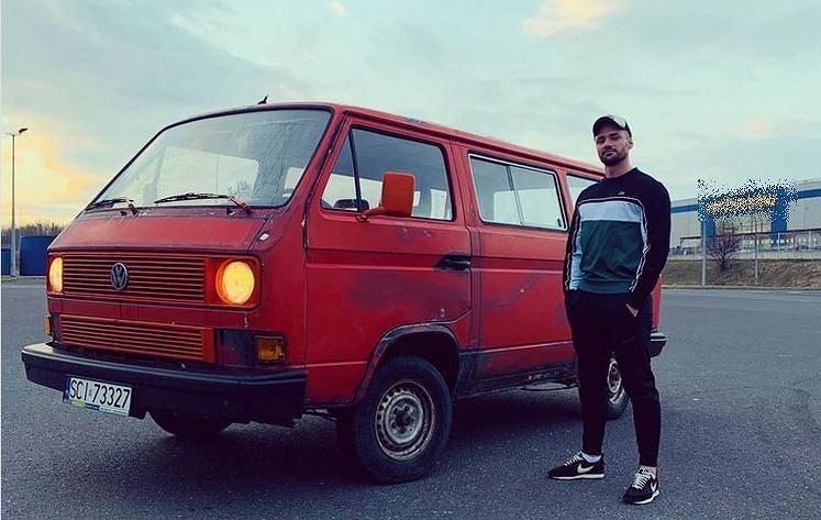 Łukasz Litewka i auto, które będą mogli wypożyczać mieszkańcy Sosnowca