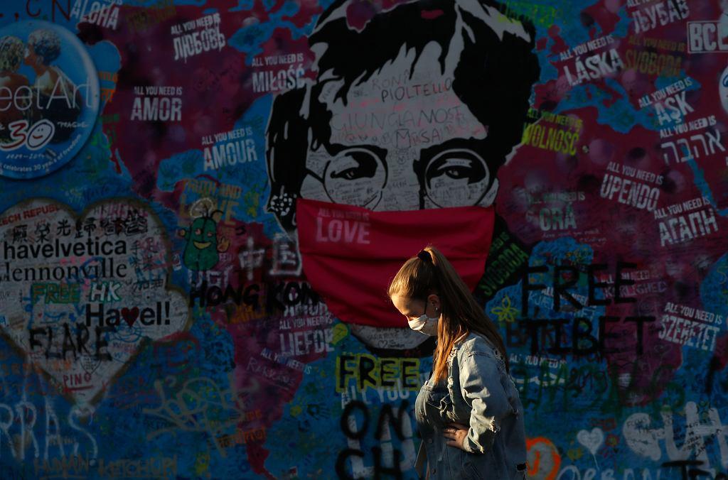 Mur Lennona w dobie pandemii koronawirusa. Praga, Czechy, 6 kwietnia 2020