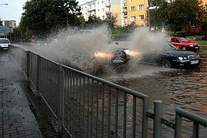IMGW ostrzega przed gwałtownymi burzami i gradem. Co robić, gdy nawałnica złapie nas w samochodzie?