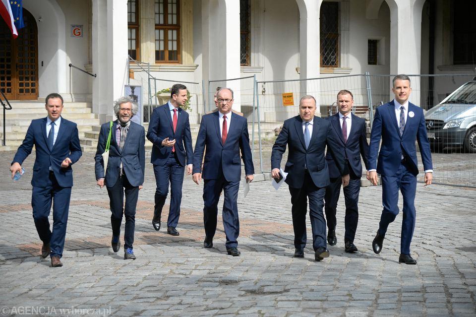 Liderzy Koalicji Europejskiej, od lewej: nn , Marek Kossakowski , Władysław Kosiniak-Kamysz, Włodzimierz Czarzasty , Grzegorz Schetyna , Sławomir Nitras. Szczecin, 12 maja 2019